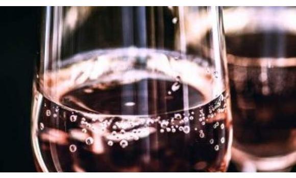 Una bodega gallega inventa un agua con sabor a vino