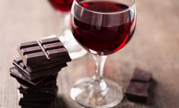 Vino y chocolate para combatir las arrugas, el nuevo tratamiento que causa furor